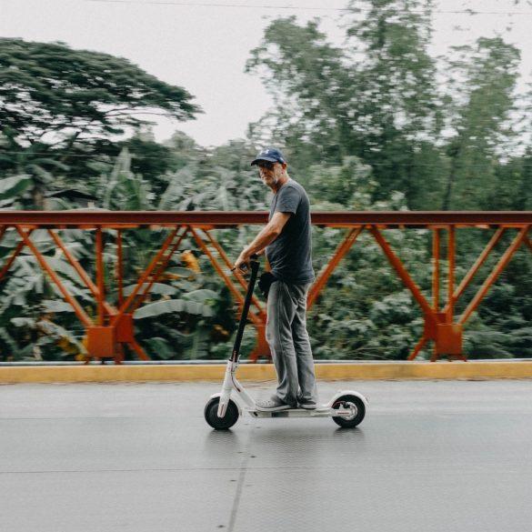 Trottinette moyen de transport pratique pour les vacances