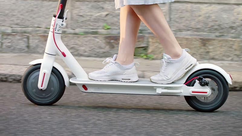 Comment freiner avec une trottinette électrique ?